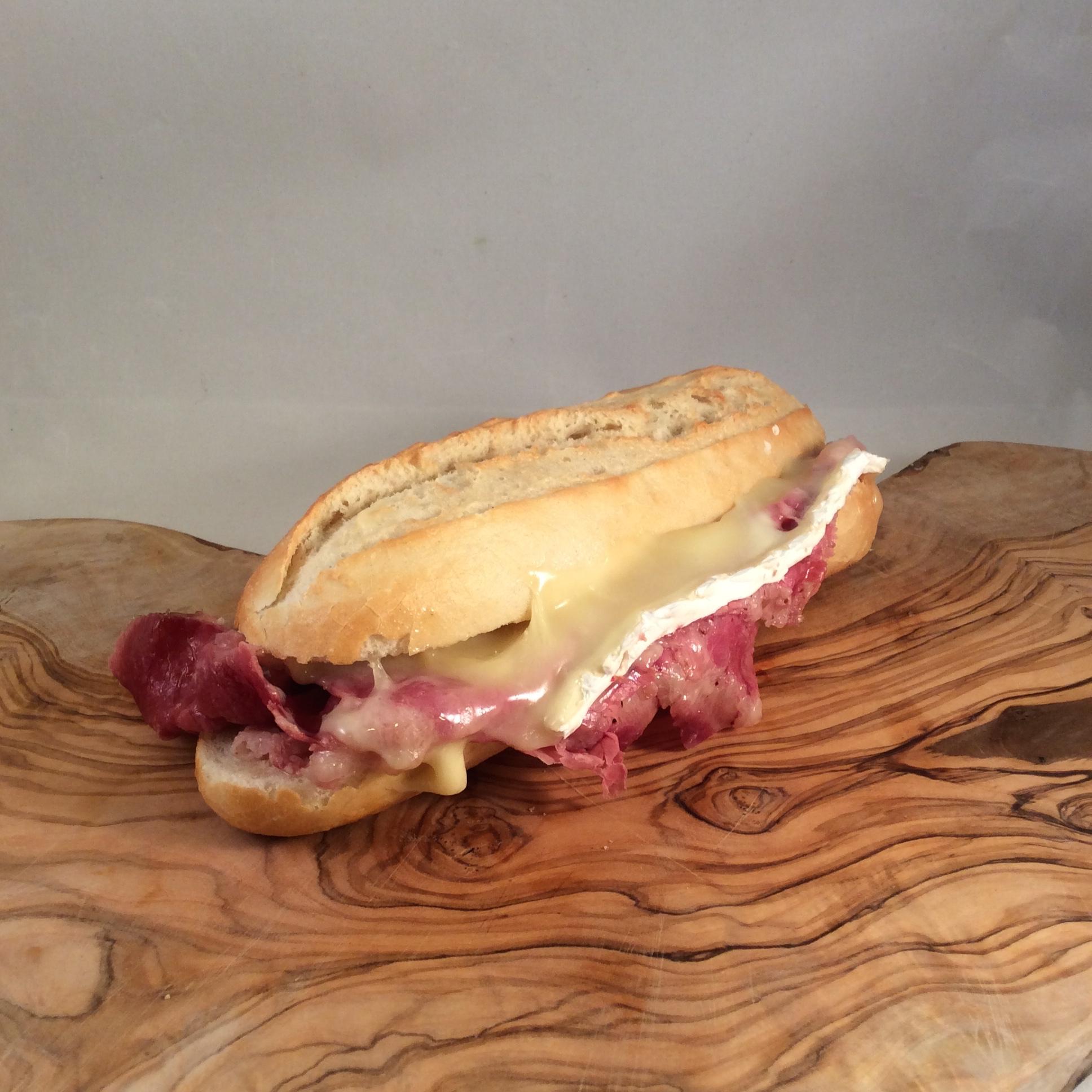 Broodje warme Pekelvlees Brie